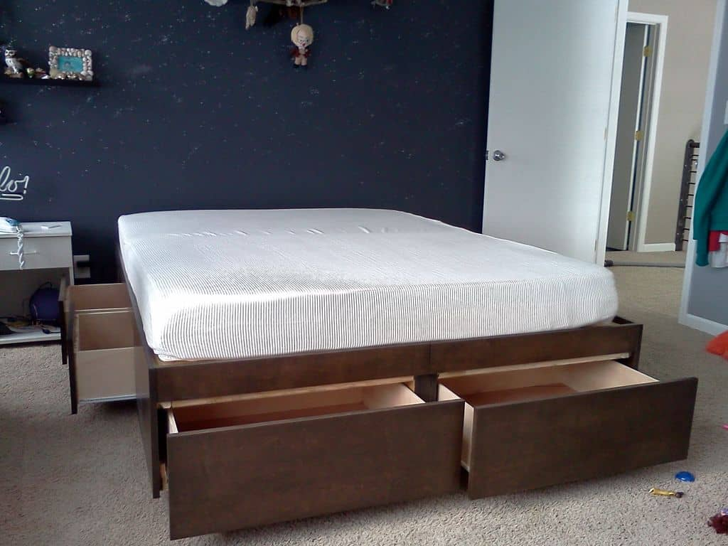 How A Daybed With Trundle Beautifully Saves Space Mymydiy Inspiring Diy Projects